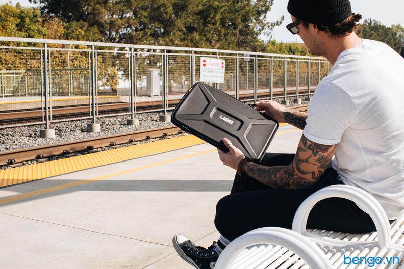 Người mẫu đang thao tác kéo khóa túi bảo vệ laptop UAG Small Sleeve Fall 2019